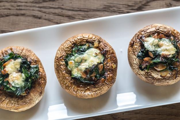Gebakken champignons gevuld met spinazie en kaas