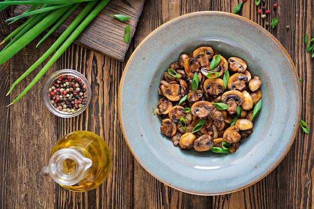 Gebakken champignons met sojasaus en kruiden. veganistisch eten. bovenaanzicht