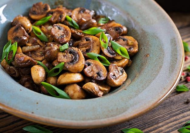 Gebakken champignons met sojasaus en kruiden. veganistisch eten.