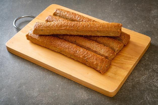 Gebakken chinese viscake of visballijn op houten bord