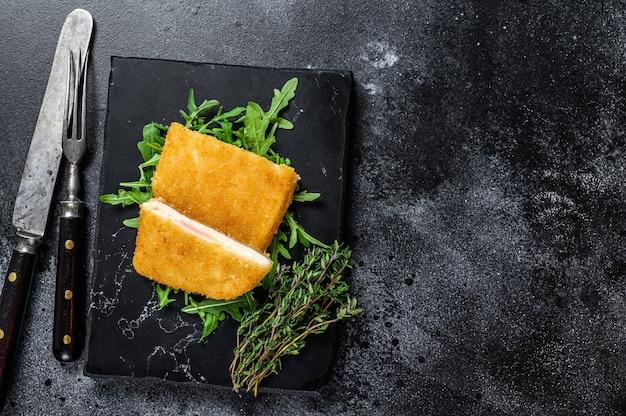 Gebakken cordon bleu vleeskotelet met ham en kaas.