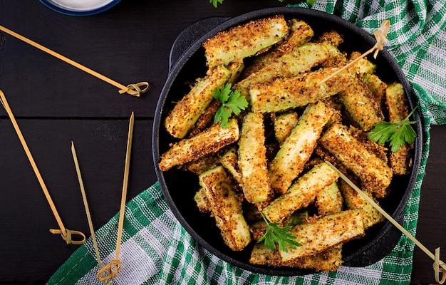 Gebakken courgettestokken met kaas en broodcrumbs