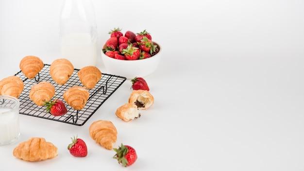 Gebakken croissants en aardbeien met kopie ruimte