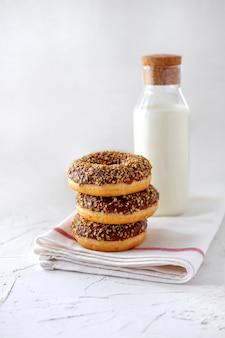Gebakken donuts met chocolade en melk