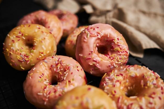 Gebakken donuts op een zwarte tafel
