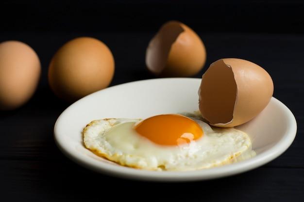 Gebakken ei, eierschaal, op een witte plaat