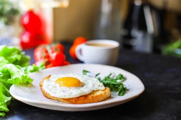 Gebakken ei en toast brood salade heerlijk ontbijt tussendoortje dooier en eiwit portie eten serveren