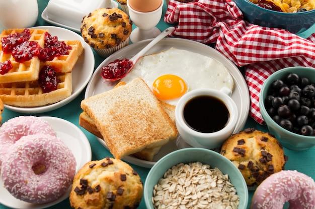 Gebakken ei en toast in de buurt van geruite stof