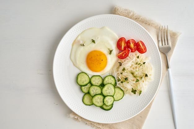 Gebakken ei met cherrytomaatjes en komkommer, fodmap dash dieet, glutenvrij