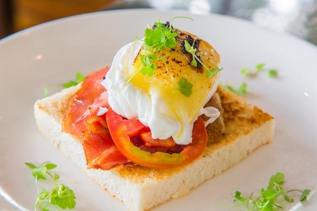 Gebakken ei met spek en tomaat op toast