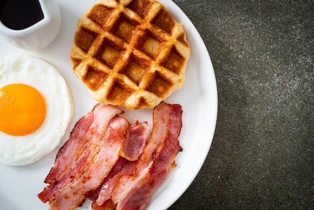 Gebakken ei met spek en wafel als ontbijt