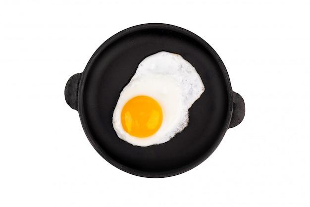 Gebakken ei op koekenpan, bovenaanzicht. geïsoleerd op een witte achtergrond.