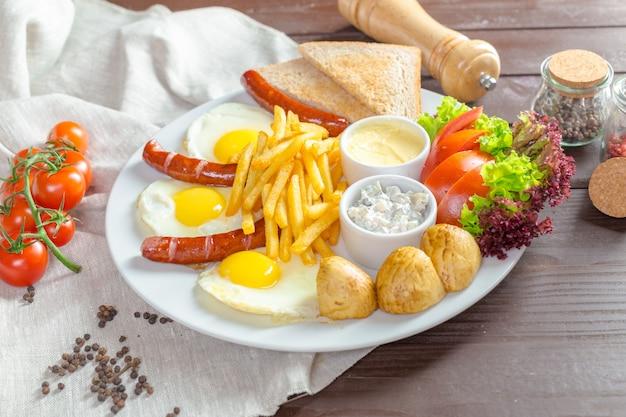 Gebakken eieren en gebakken worst voor het ontbijt
