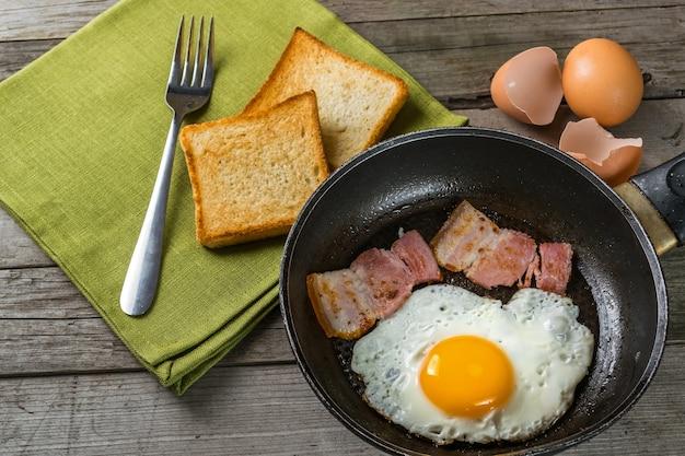 Gebakken eieren en spek op pan