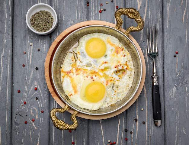Gebakken eieren in een koekenpan. ontbijt, gezond eten.