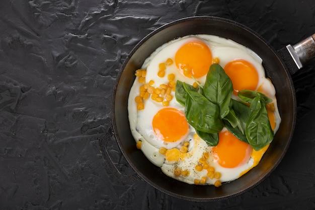 Gebakken eieren in een pan, gezond ontbijt