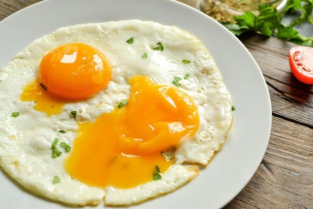 Gebakken eieren in een plaat. lekker ontbijt. smakelijk ei-ontbijt
