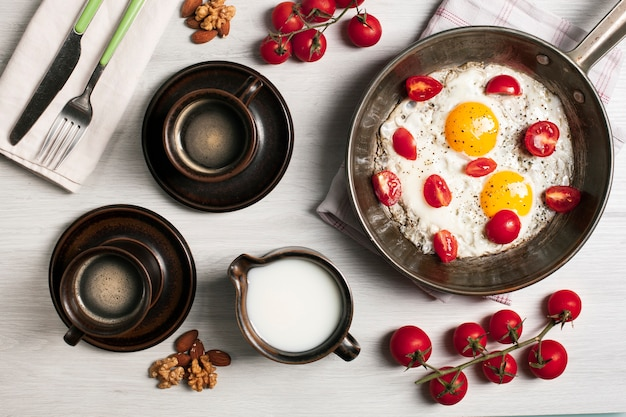 Gebakken eieren met tomaten en koffie