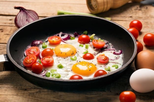 Gebakken eieren met tomaten