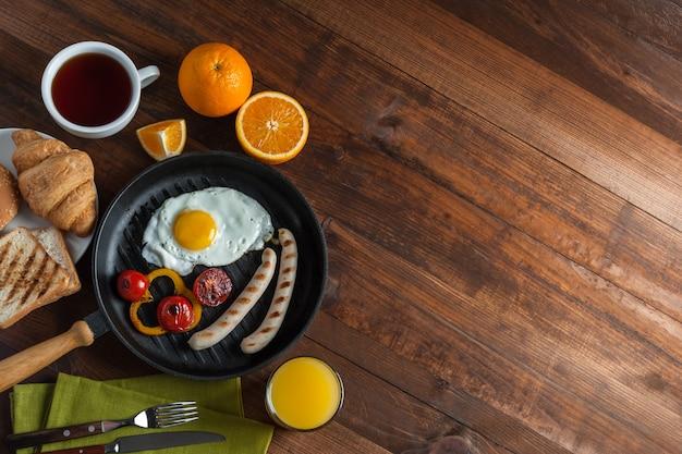 Gebakken eieren met worst en groenten
