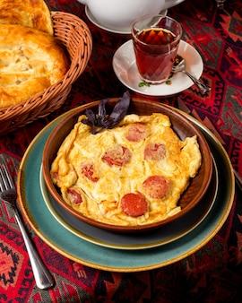 Gebakken eieren omelet met worst op tafel