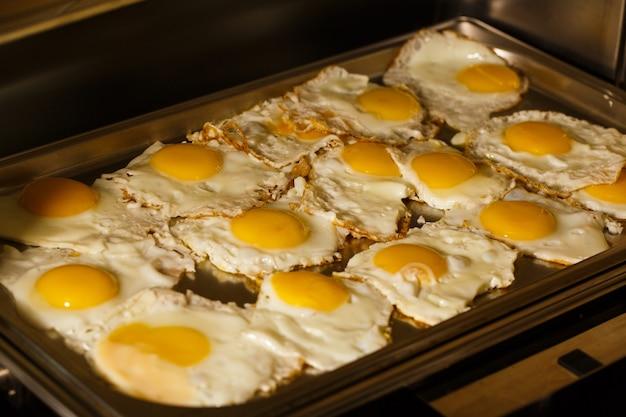 Gebakken eieren op een dienblad van het ontbijt om in het restaurant te eten