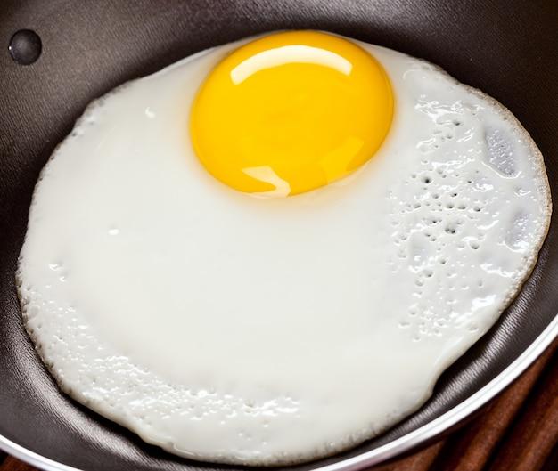 Gebakken eieren op een houten tafel, ontbijt