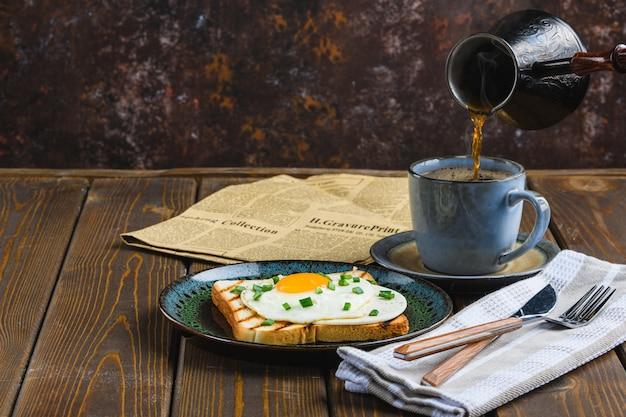 Gebakken eieren op toast close-up