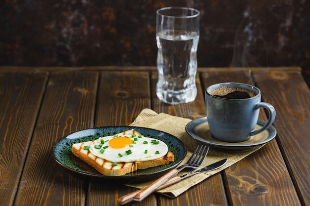 Gebakken eieren op toast met warme koffie