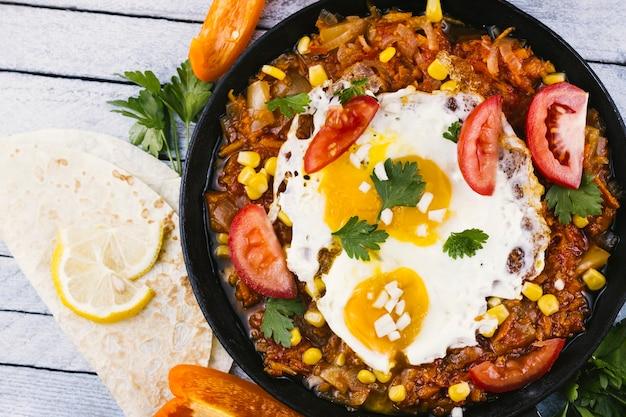 Gebakken eieren op traditionele mexicaanse schotel