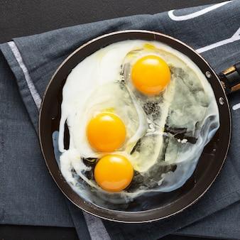 Gebakken eieren van drie eieren in een pan