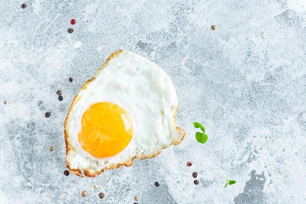 Gebakken eigeel en witte vork voor voedselomelet, verse schotel en ingrediënten