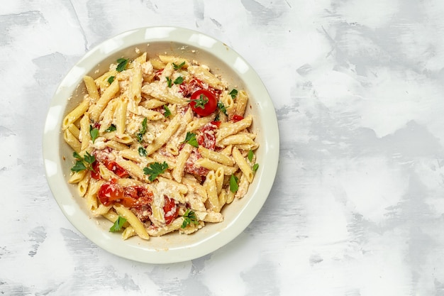 Gebakken feta pasta met cherrytomaatjes kruiden knoflook