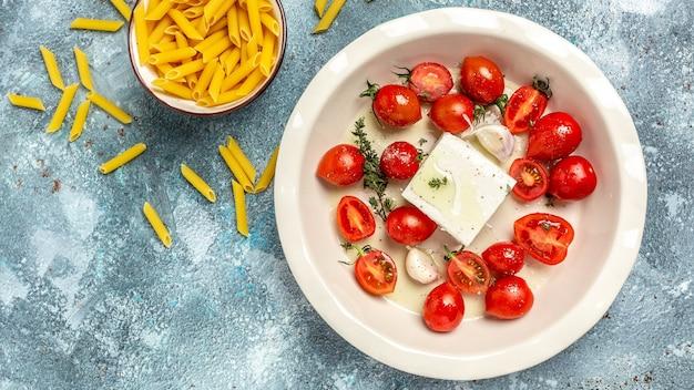 Gebakken feta-pasta. ovengebakken cherrytomaatjes en fetakaas met olijfolie