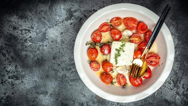 Gebakken feta-pasta. trending feta bake pasta met cherrytomaatjes, fetakaas, knoflook