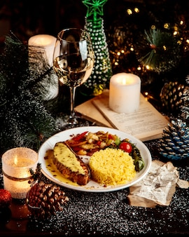 Gebakken filet met kaas en rijst met groenten