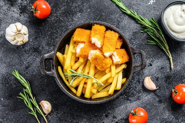 Gebakken fish sticks met frieten fish fingers britse fish and chips, gebakken aardappel