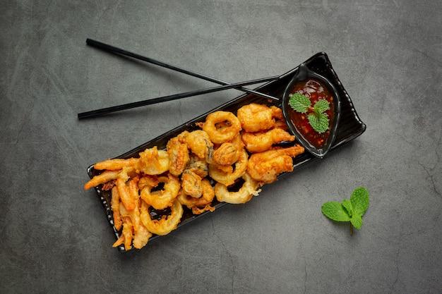 Gebakken garnalen en inktvis met pittige saus