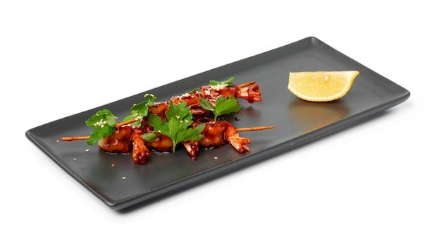 Gebakken garnalen geserveerd met saus geïsoleerd op wit