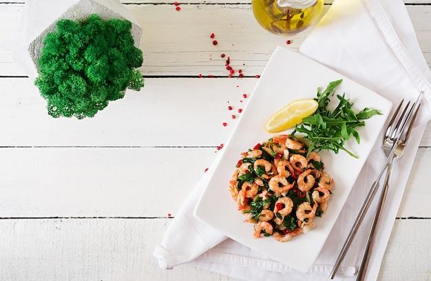 Gebakken garnalen of garnalen met spinazie