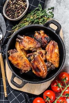 Gebakken geglazuurde kippenvleugels in een pan