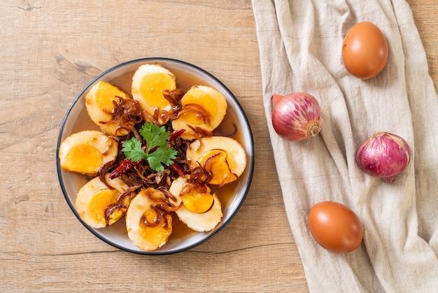 Gebakken gekookte eieren met tamarindesaus