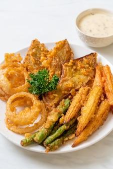 Gebakken gemengde groente (uien, wortel, babymais, pompoen) of tempura, vegetarisch eten