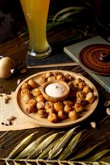 Gebakken geserveerd met pittige mayonaise in bamboe plaat