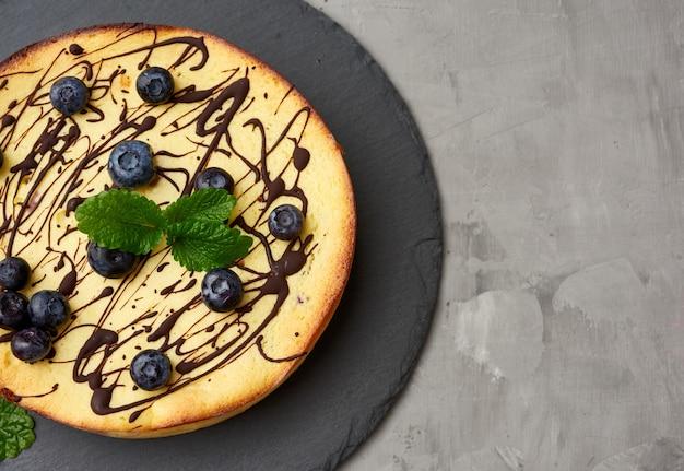 Gebakken gestremde melkbraadpan op een zwarte plaat, een hoogste mening, een smakelijk en gezond dessert
