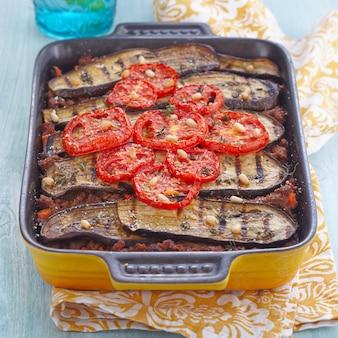 Gebakken gratin met gehakt en aubergines