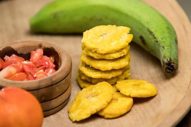 Gebakken groene banaan met gehakte tomaat