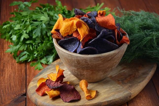Gebakken groentechips - granaatappel, paarse zoete aardappel, wortel en rode biet.