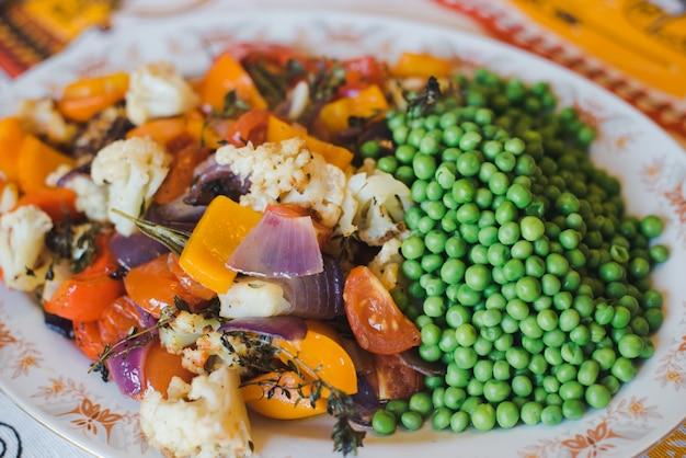 Gebakken groenten. gebakken groenten in grote stukken op een plaat. vegetarisch dieet. detailopname. groente garnituur grill.