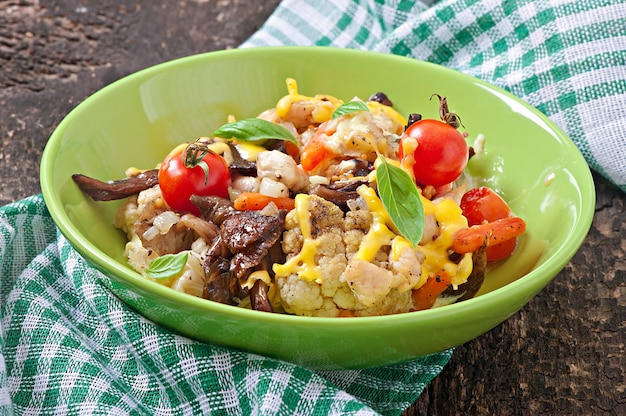 Gebakken groenten met kip en champignons